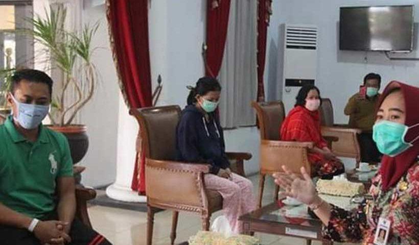 Bupati Purbalingga Dyah Hayuning Pratiwi mengundang mereka untuk sarapan pagi bersama di pringgitan Pendopo Dipokusumo