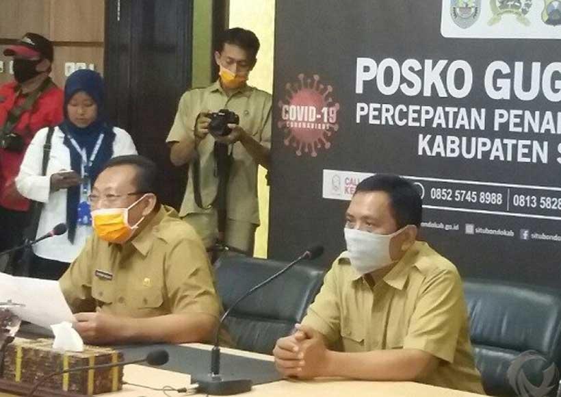Bupati Dadang Wigiarto dan Wabup Yoyok Mulyadi, saat melakukan teleconference dengan pasien Covid-19 yang dinyatakan sembuh.